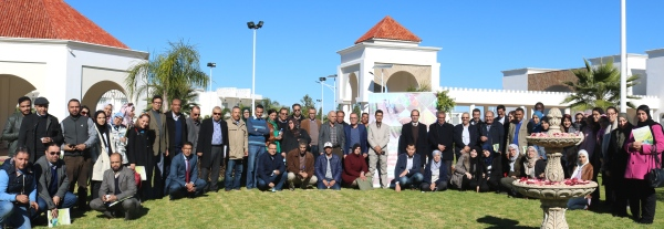 صورة جماعية للمشاركات والمشاركين في اليوم الدراسي