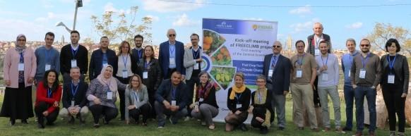 صورة جماعية للمشاركات والمشاركين