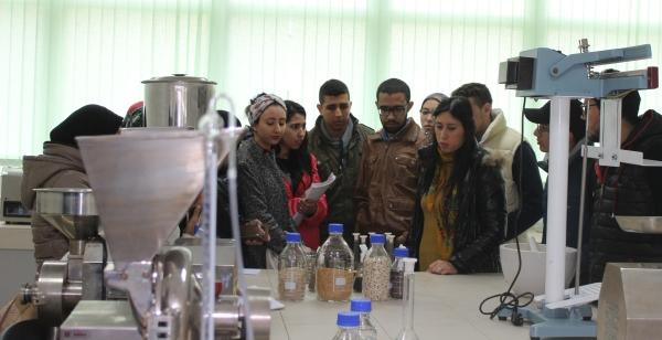 Des étudiantes de la FST-Fès au laboratoire de technologie alimentaire INRA-Meknès au Qualipole Alimentation de Meknès, 22 sept. 2016