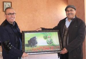 Dr Abdelhamid Hamal recevant un souvenir du CRRA Meknès des mains du Dr A. Bentaïbi (Chef du CRRA Meknès)