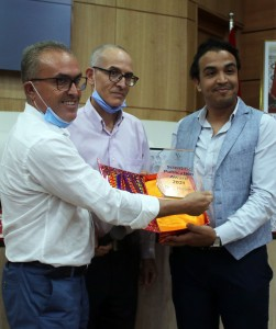Prix de la publication scientifique 2021 accordé à Dr Lahcen Hssaïni (à droite) par Dr A. Bentaïbi et Dr F. BekkaouiLe Chef du CRRA Meknès (à gauche) et le Directeur de l'INRA (au centre).